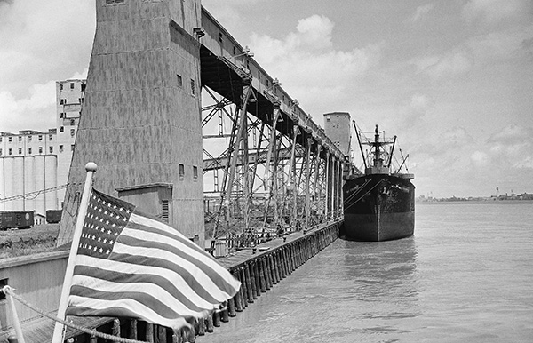 Грузовое судно США рядом с зерновым элеватором ждёт отгрузки. Bill Allen / AP