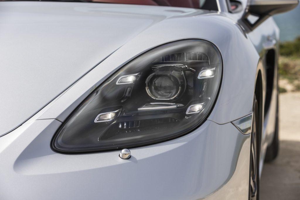 От прежнего поколения в новом Boxster остались только крышка багажного отсека, лобовое стекло и мягкий складной верх