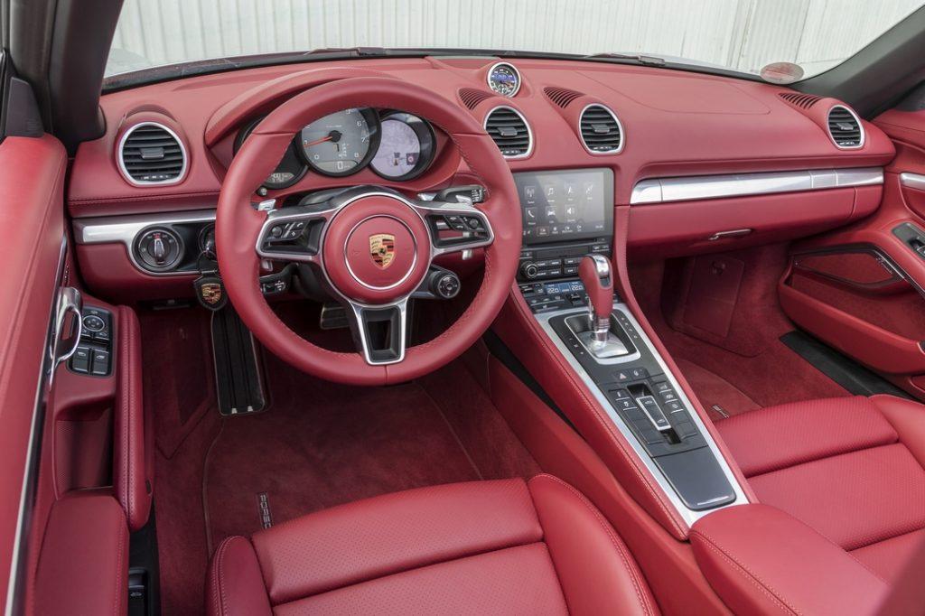 Салон Porsche 718 теперь так же современен и роскошен, как и у старшего брата — нового 911-го