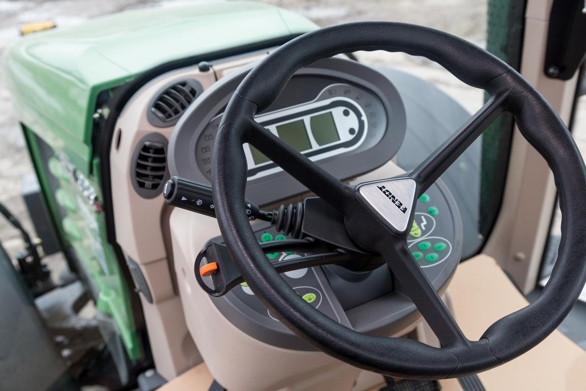 Руль сгидроусилителем делает управление трактором легким икомфортным