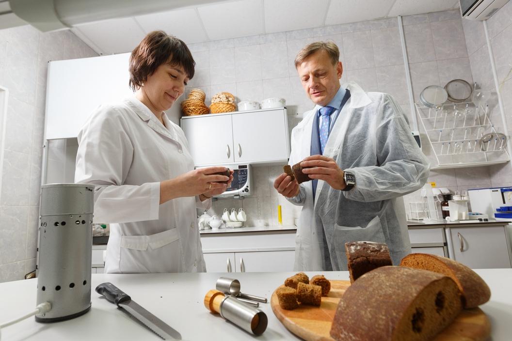 За качеством выпеченного хлеба следит специальная лаборатория. Пробы берутся каждый день