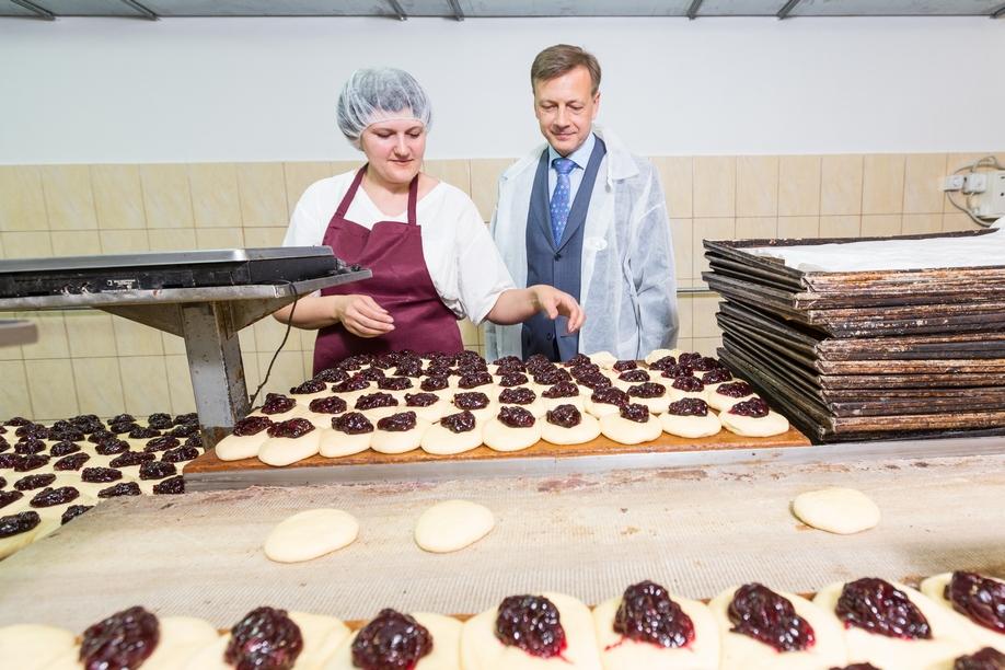 В кондитерском цехе выпечку делают вручную — так ароматные булочки получаются вкуснее
